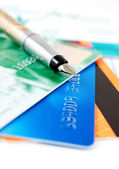 Credit cards and fountain pen — Stock Photo