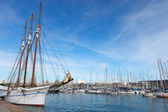 Sailboat in Barcelona harbor. — Stockfoto