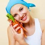 kvinna med morötter — Stockfoto