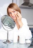Aplicar la crema de mujer — Foto de Stock