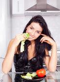 女人吃蔬菜 — 图库照片