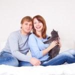 coppia con un gatto — Foto Stock