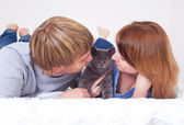 Couple with a cat — Stock Photo