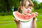 Dziewczynka jedzenie arbuza — Zdjęcie stockowe