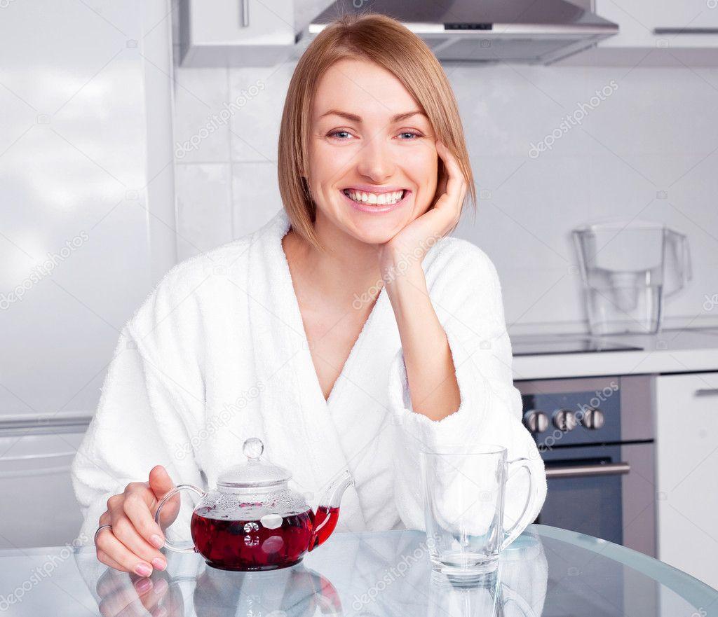 Фото девушка в халате на кухне 22 фотография