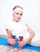 Donna con manubri — Foto Stock