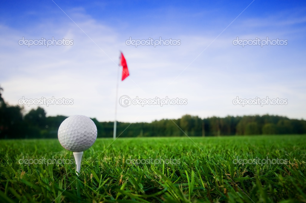 Golf field with green grass and red flag. — Stock Photo #4024911