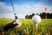 Playing golf. Club and ball on tee — Foto Stock