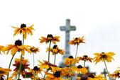 Krzyż i kwiaty — Zdjęcie stockowe