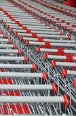 Row of supermarket shopping carts — Stockfoto