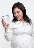 Portrét těhotné ženy s vodním sklem — Stock fotografie