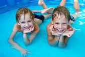 在游泳池的快乐儿童 — 图库照片