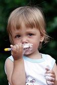 Portrait du petit garçon manger yaourt — Photo