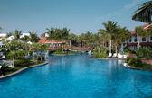 Una hermosa piscina grande en un hotel local — Foto de Stock