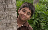An handsome Indian kid peeping thru the trunk — Foto Stock