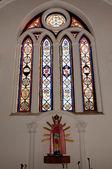Prachtig gedecoreerd glazen venster bij een lokale kerk — Stockfoto