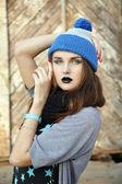 Mujer joven con sombrero azul — Foto de Stock