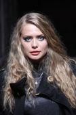 Jonge blonde vrouw met blauwe ogen — Stockfoto