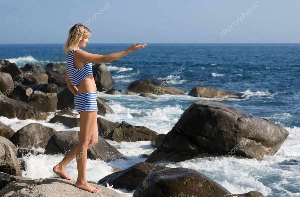 Beautiful young woman relaxing on the beach — Stock Photo #3947431