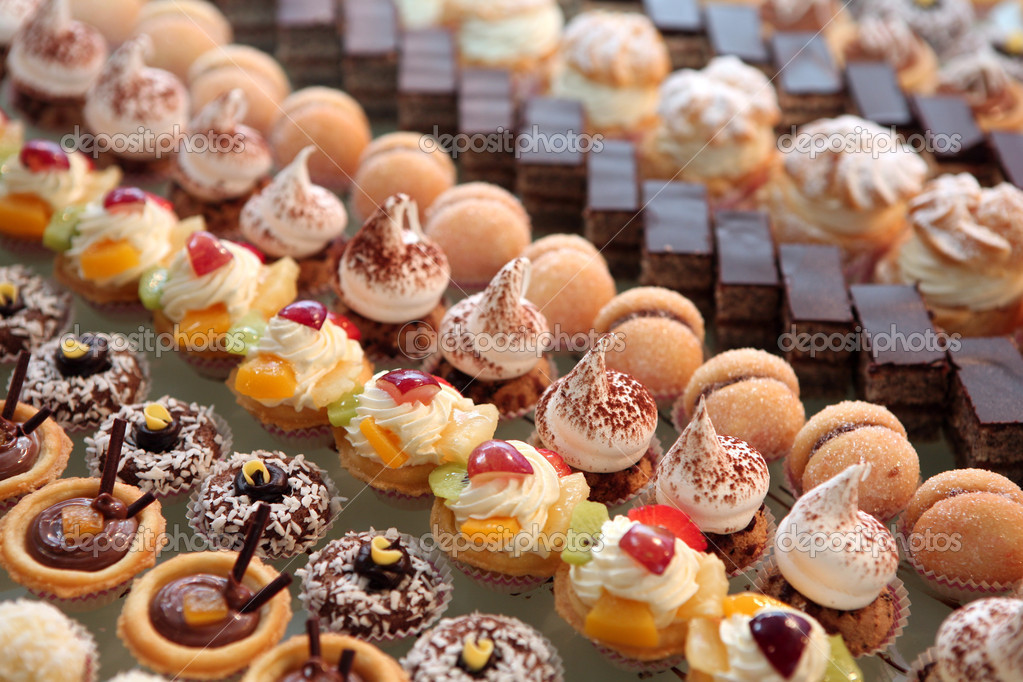 Diversity of pastry decorated with fruit — Stock Photo #3958982