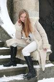 金发女孩在毛皮大衣 — 图库照片