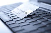 кредитная карта и ноутбук. мелкой dof — Стоковое фото