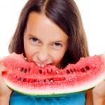 junges Mädchen essen Wassermelone — Stockfoto
