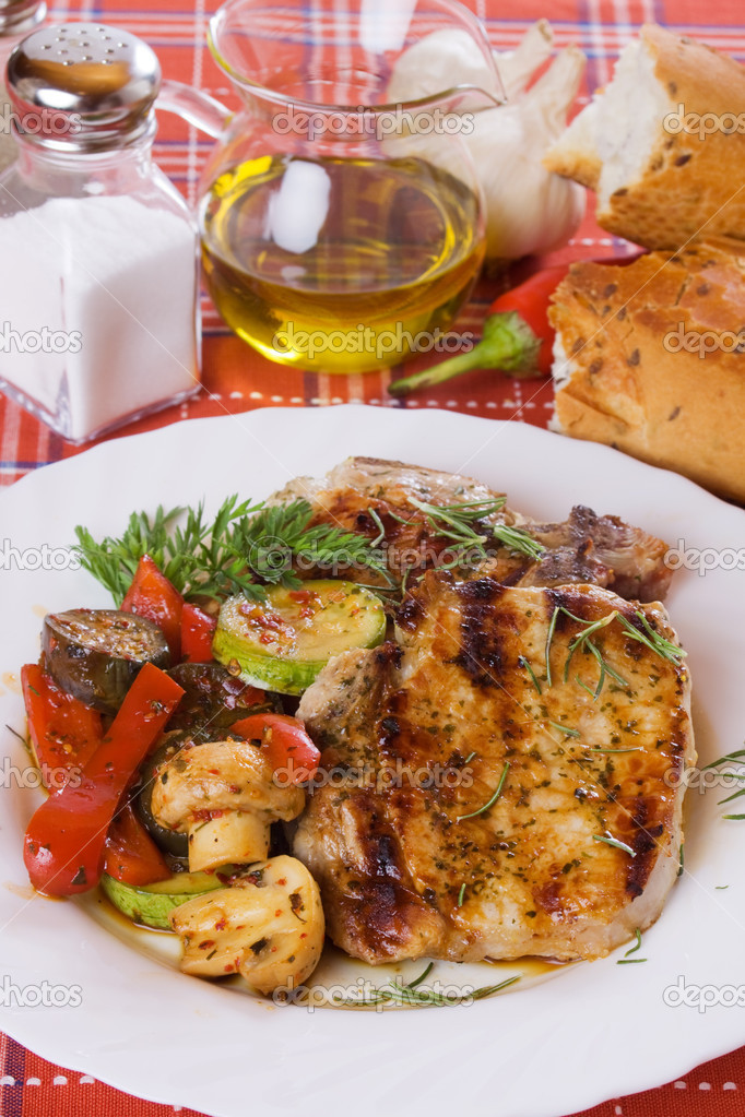 Grilled pork loin chops with mushrooms and vegetables — Stock Photo #5050090