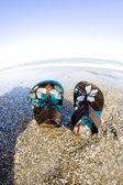 Slippers op het strand — Stockfoto