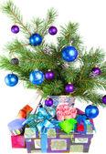Neujahrs stilleben-tanne-filialen, eine lametta und einer geschenkbox — Stockfoto