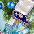 presentförpackning med ett halsband på ett nytt år träd — Stockfoto