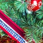 caja de regalo con un collar en un árbol de año nuevo — Foto de Stock