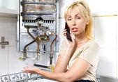 A jovem mulher a dona de casa exorta em uma oficina de reparação de água a gás ele — Fotografia Stock