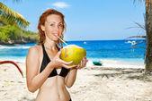красивая девушка с кокосовым на фоне океана — Стоковое фото