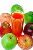 Äpplen och juice i glas — Stockfoto