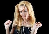 Bela jovem loira com cabelos longos e uma pérola perla — Foto Stock