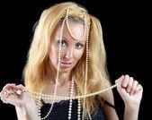 Belle jeune femme blonde avec les cheveux longs et une perle sur backg foncé — Photo