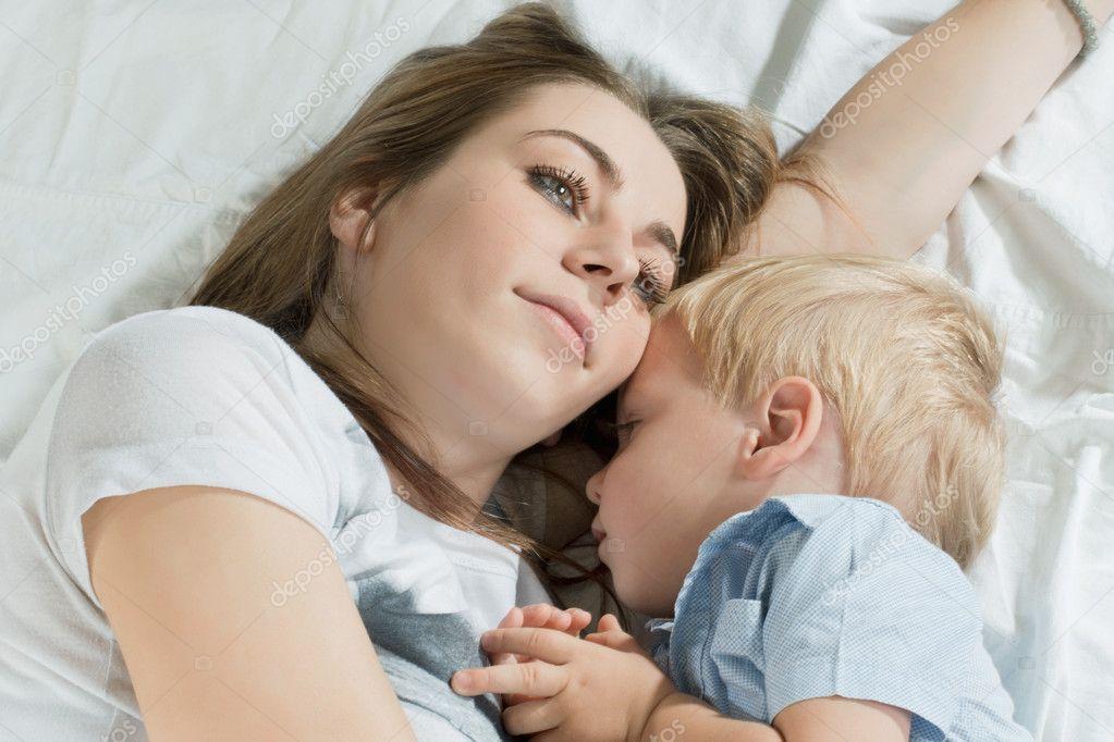 мама с подругой трахаються с сыном