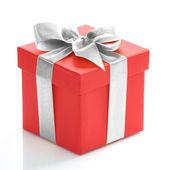 Scatola regalo rosso singolo con nastro d'oro su sfondo bianco. — Foto Stock