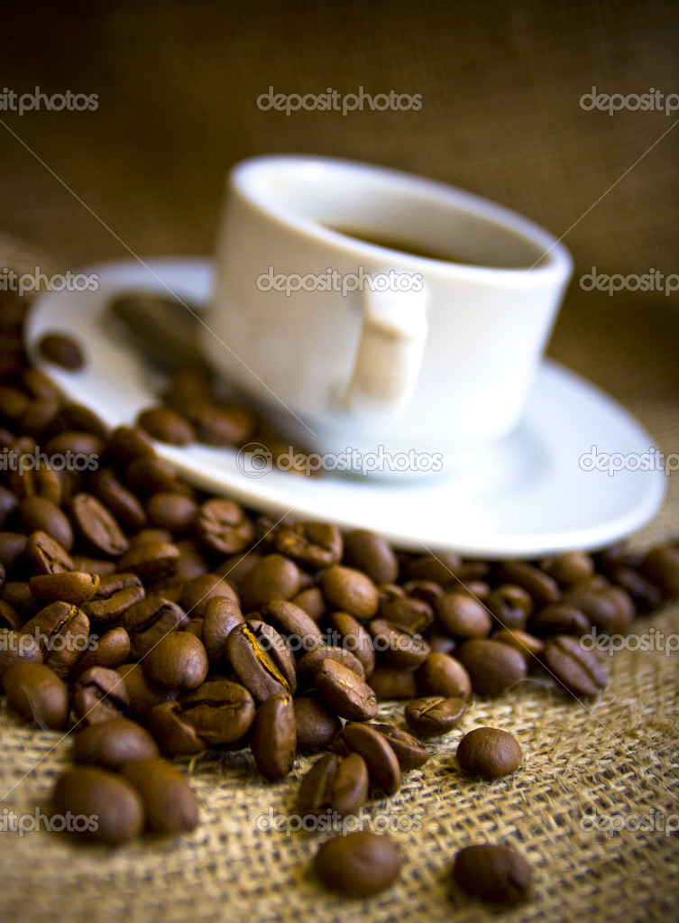 Macro shot coffe beans and coffe cup — Stock Photo #4687626