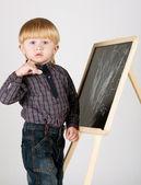 Liten pojke bygger på blackboard — Stockfoto
