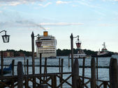 Passenger ferry saying goodbye to Venice — Stock Photo