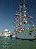 Benátky - osobní plachetnice zakotvené na nábřeží — Stock fotografie