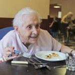 äldre kvinna äta — Stockfoto