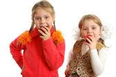 Chicas morder manzanas sobre fondo blanco — Foto de Stock