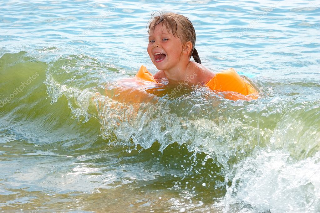 The little girl bathes in waves — Stock Photo #4153144