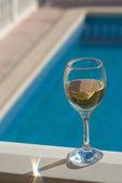 White wine poolside — Stock Photo