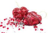 2 つの赤の心とビーズ — ストック写真