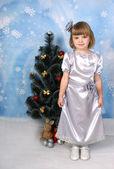 милая девочка в серебряный платье вокруг елки — Стоковое фото