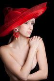 美しいブロンド黒バクの赤い帽子の裸の肩で — ストック写真